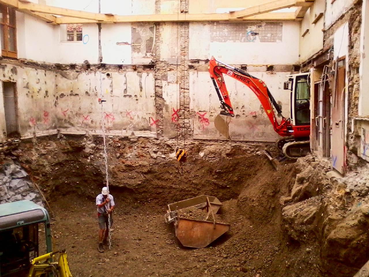 ein Bagger von Eber-Bau arbeitet in einem Gebäude